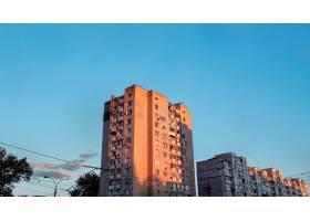 蓝天夕阳下的老公寓楼_10353262