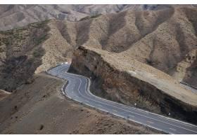 蜿蜒曲折的道路环绕着群山环绕的悬崖_7822761