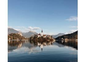 被湖水映照的山景环绕的古堡_9183915