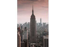 被美丽天空的城市建筑包围的摩天大楼的垂直_7810404