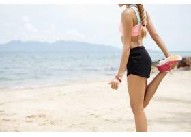身材健美的金发女运动员扎着马尾辫热身肌_9531646