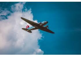 在美丽的多云天空下一架银色飞机的水平低_8507160