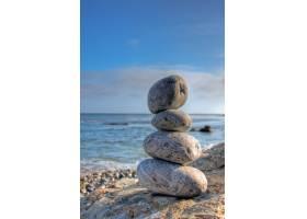 在蓝天模糊的海边选择性对焦拍摄堆积如山的_10292566