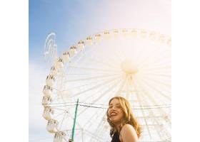 在蓝天的衬托下微笑的年轻女子站在白色巨_3260381