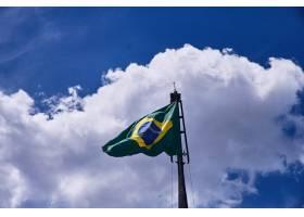 在蓝天美丽的云彩下低角拍摄巴西国旗_10303037