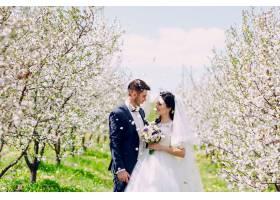 新婚夫妇面面相觑鲜花从天而降_939339