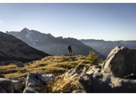 在阳光明媚的日子里攀登瓦茨曼豪斯周围山峰_8753395