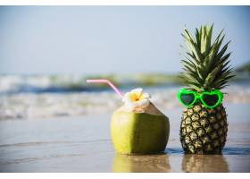 新鲜的椰子和菠萝把阳光可爱的眼镜放在干净_5073595