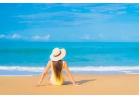 旅游度假中在海滩放松的美丽亚洲年轻女子肖_11206296