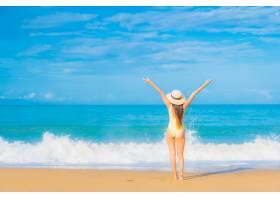旅游度假中在海滩放松的美丽亚洲年轻女子肖_11206339