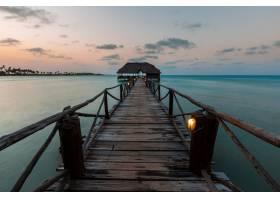 东非桑给巴尔码头上日落的美丽照片_9076781