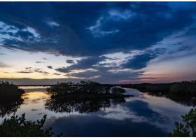 日出时分佛罗里达太空海岸红树林湖面上的_10612891