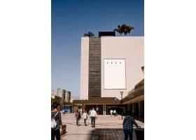 城市建筑墙面上的长方形白色广告牌_3622937