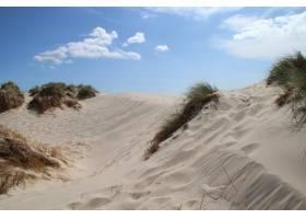 丹麦拉布尔格英里明亮蓝天下的沙丘_10834707