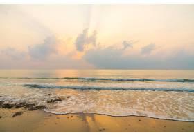 日出时分美丽的海滩和大海_3661453