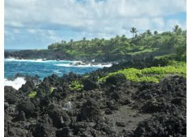 夏威夷多云天空下海滩锐利岩层的美景_9077155