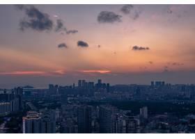 日落时分在橙蓝色多云的天空下航拍一座大_9970744