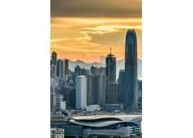 日落时在橙色天空下垂直拍摄的香港摩天大楼_11342977
