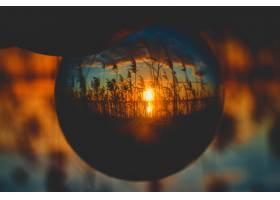 从水晶球的角度看美丽的日出倒置景色_7822776