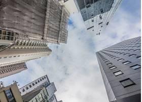 多云天空下高层住宅楼的低角拍摄_9932231