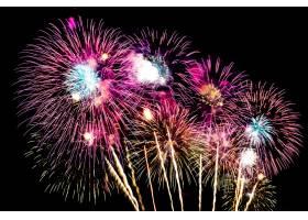 晚上在空中燃放美丽的烟花庆祝_5017265