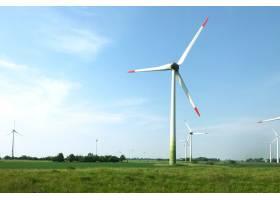 晴朗天空下田野中央的风力涡轮机风光_10399856