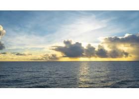 大海的宽阔镜头和太阳粗鲁时多云的天空_8028378