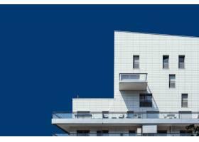 晴朗蓝天下美丽的白色木结构建筑_8857823