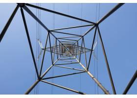 晴朗蓝天衬托下的电线杆的青蛙眼景_11111302