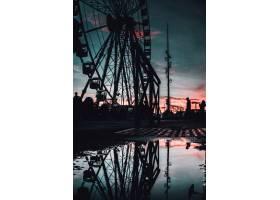傍晚在法国马赛欣赏高大摩天轮的美景_7810459