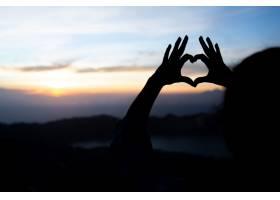 女孩用手表示心意在巴图尔火山上巴厘岛_10506948