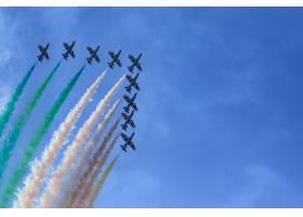 来自意大利三色箭的彩色天空的美丽镜头_11942846