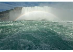 加拿大马蹄形瀑布附近形成彩虹的美景_9851814