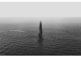海中央的一座灯塔_7629804