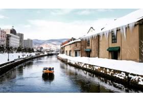 带着日本北海道的标志性旅游船在冬季观赏小_1173297