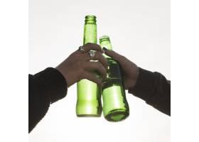 双手叮当作响的啤酒瓶_3143602