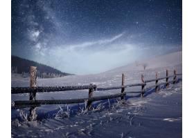 冬天的风景乌克兰喀尔巴底山脉的一个山村_9143817