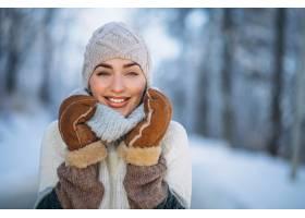 冬日公园里的快乐女人肖像_3962488