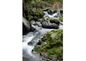 岩层附近森林中一条强大的瀑布的美丽风景_9283620