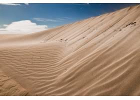 沙漠地区的沙丘上有风留下的痕迹_10400803