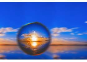 创意的透镜球摄影拍摄地平线上的阳光和蓝_7926272