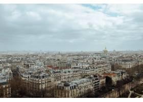 法国多云天空下绿树成荫的巴黎和建筑物的航_9931512