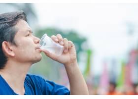 泰国北部男子在参加户外活动时用塑料玻璃喝_3805731