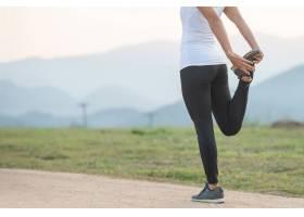 年轻女性在公园健身训练前进行锻炼_12985998