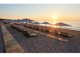 海滩上沙滩的美景日光浴床和雨伞在海边和_10138948