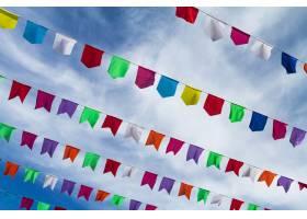 可爱的小彩旗挂在外面的绳子上度假背景是_1131624