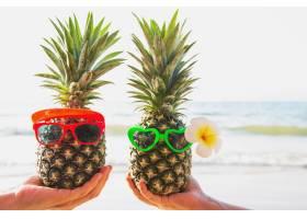 可爱的新鲜情侣菠萝用海浪把玻璃杯放在游客_5073612