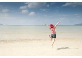 海滩上的快乐女人云彩中的天空_1285606
