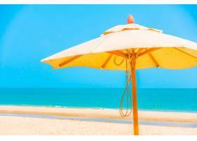 海滩上的雨伞_3816675