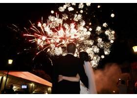 幸福拥抱新娘新郎观看美丽多彩的烟花夜空_1185795